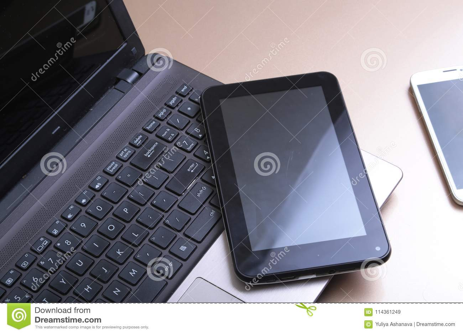 Photo de clavier avec un téléphone et un comprimé se trouvant au-dessus de lui