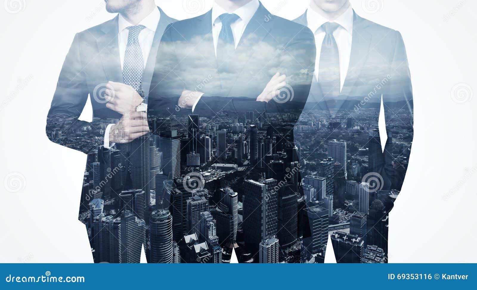 Photo de l homme d affaires adulte élégant de trio portant le costume à la mode Double exposition, ville de contemporain de vue p