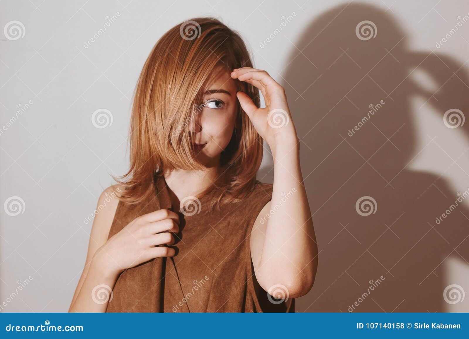 Photo de mode de fille d adolescent avec l émotion et les un bon nombre d espace de copie