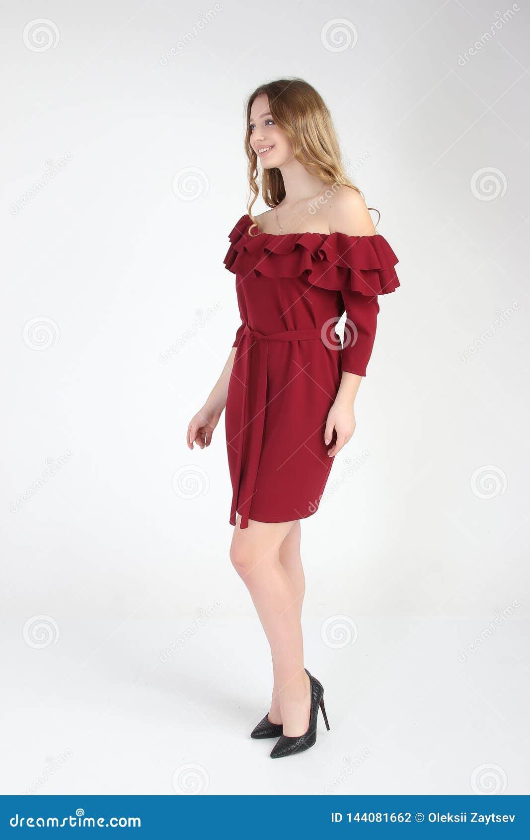 Photo de mode de jeune beau modèle femelle dans la robe