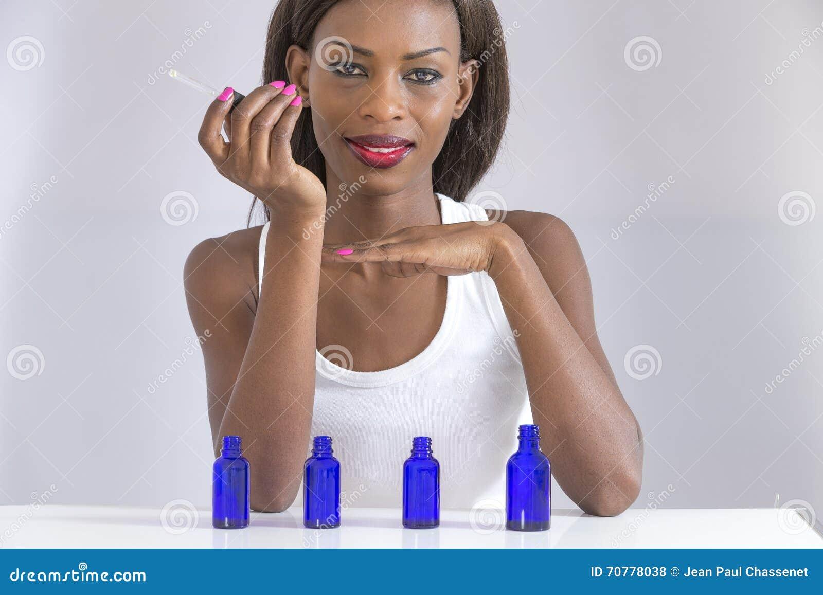 De Parfum Sa Main Belle Photo Sentant Africaine Sur Femme y6b7gYf