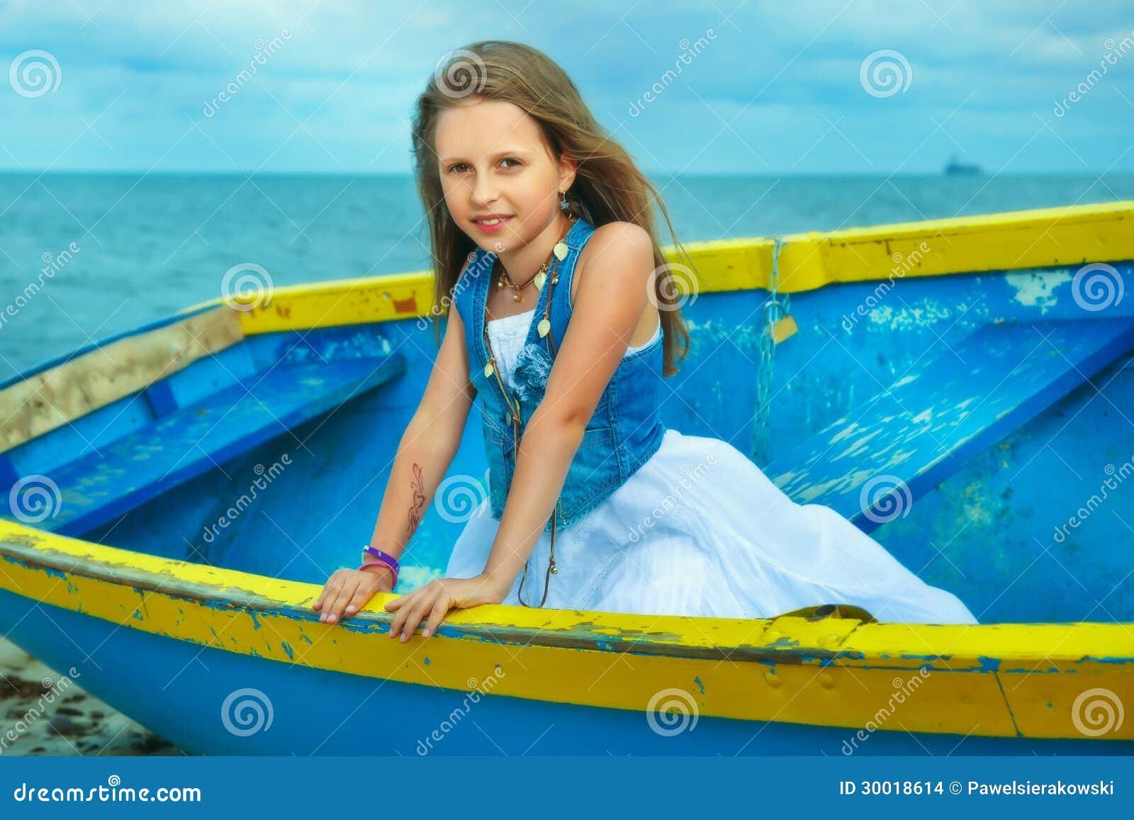 Petite fille mignonne dans un bateau sur la plage jour de for Dans un petit bateau
