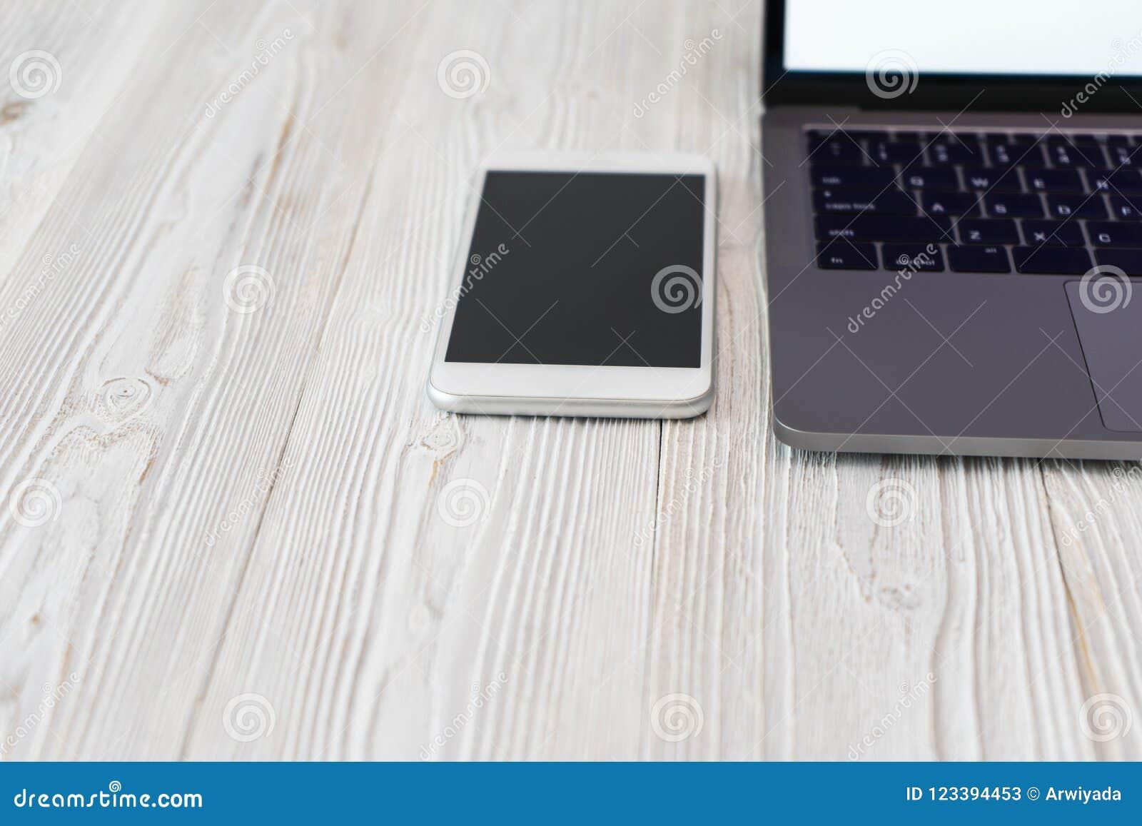 Photo de plan rapproché d un clavier avec un ordinateur portable t de téléphone et d ordinateur