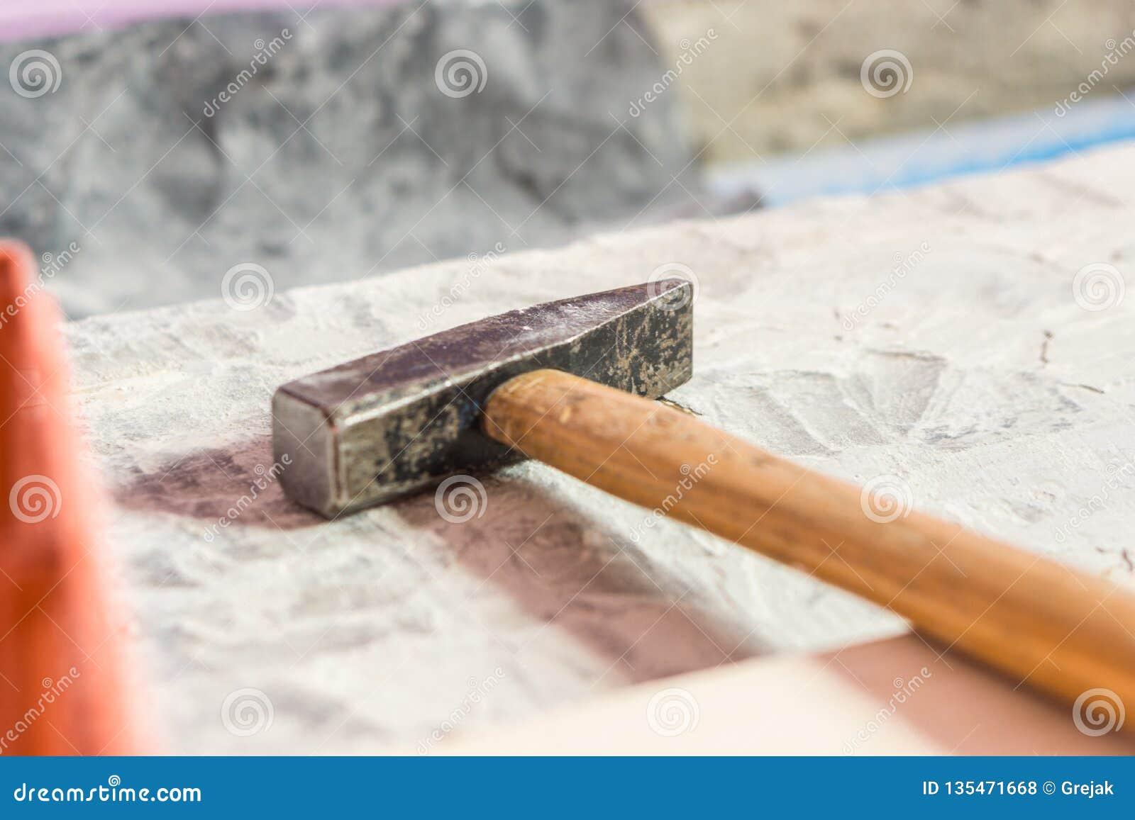 Photo de plan rapproché des outils de construction pour la rénovation - marteau