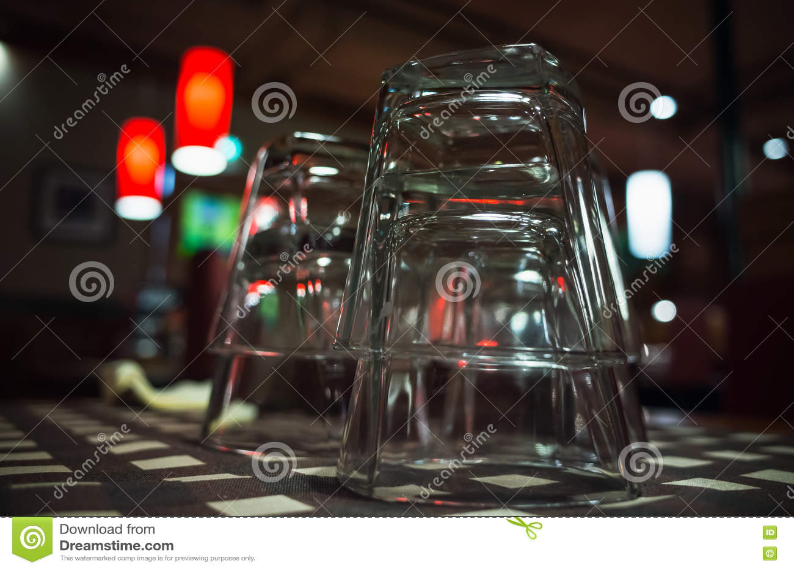 Photo de plan rapproché des verres vides empilés sur la table