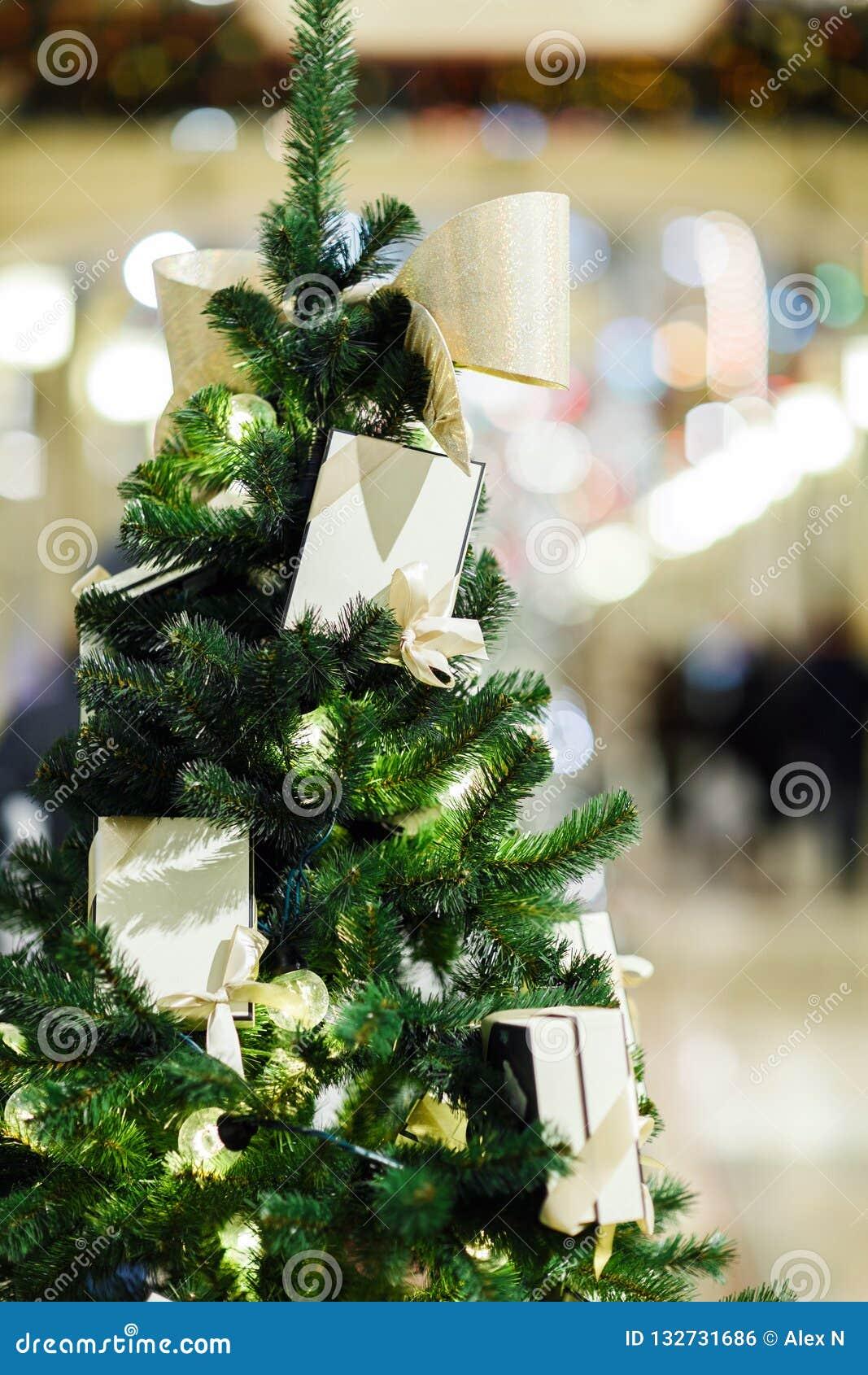 Photo De Sapin Décoré De Noël Dans Le Magasin Photo Stock