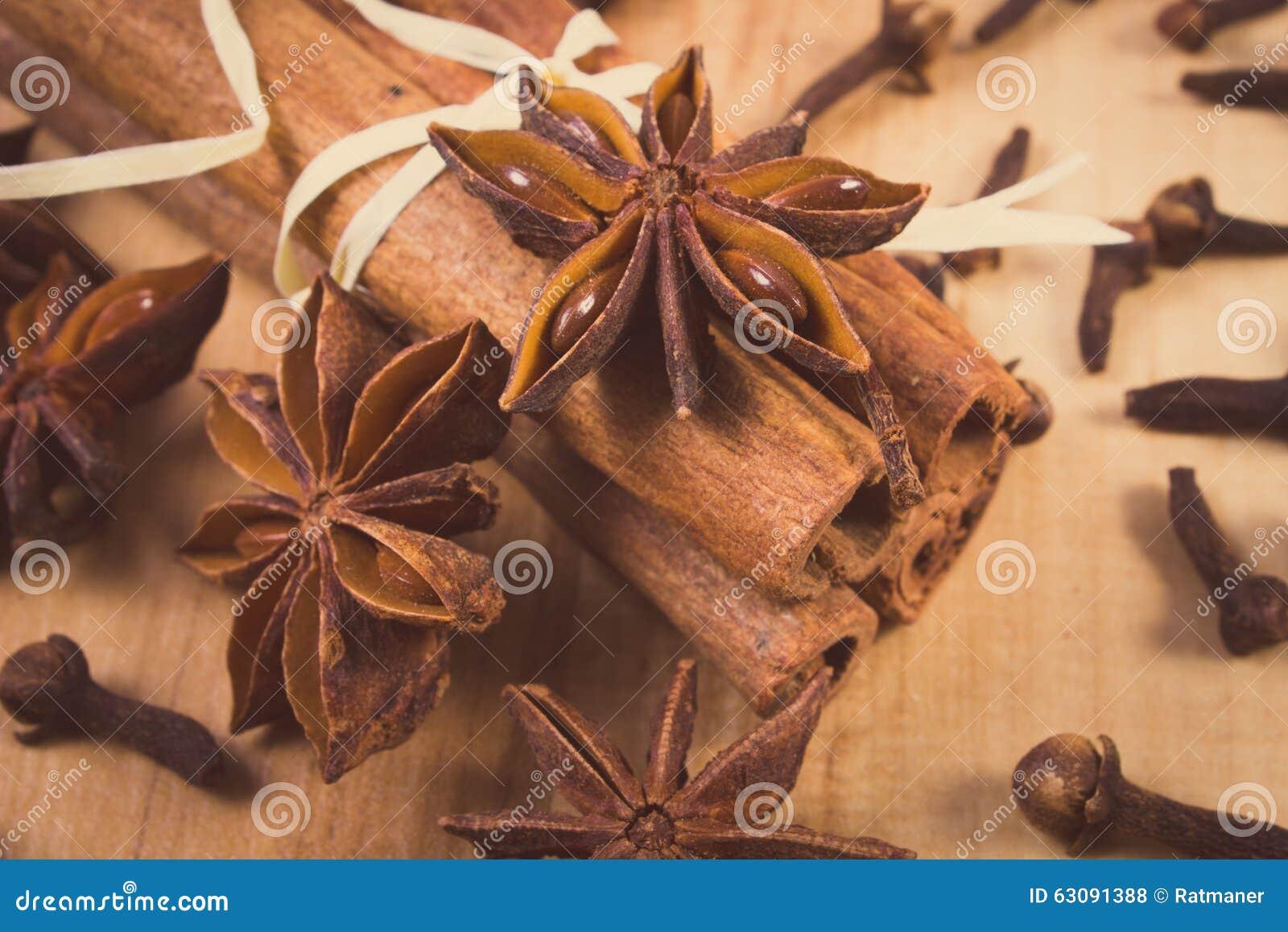 Download Photo De Vintage, Anis D'étoile, Bâtons De Cannelle Et Clous De Girofle Sur La Table En Bois, Assaisonnant Pour La Cuisson Photo stock - Image du cannelle, nutrition: 63091388