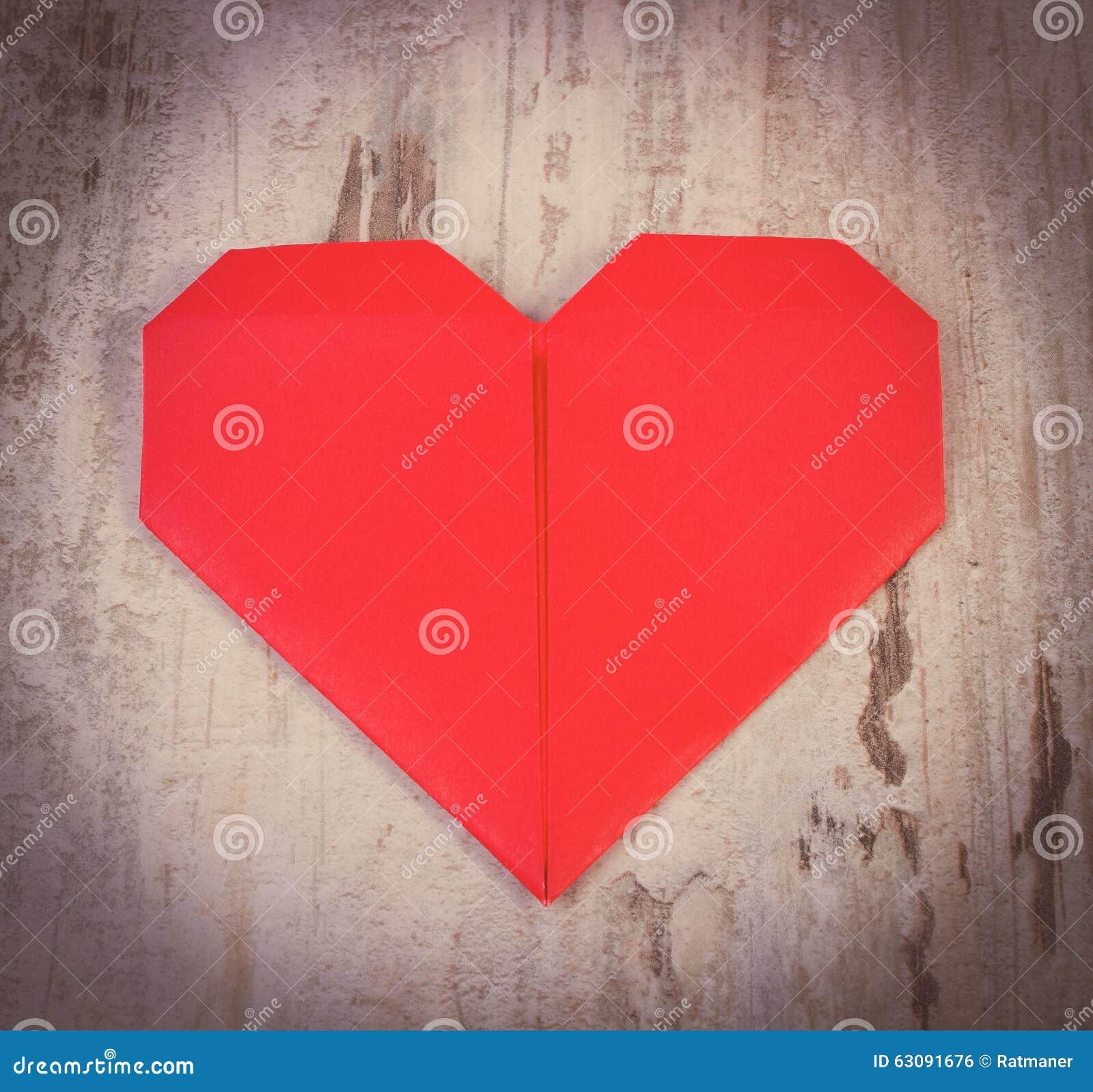 Download Photo De Vintage, Coeur Rouge De Papier Sur La Vieille Table Blanche En Bois, Symbole De L'amour Photo stock - Image du célébration, décoration: 63091676