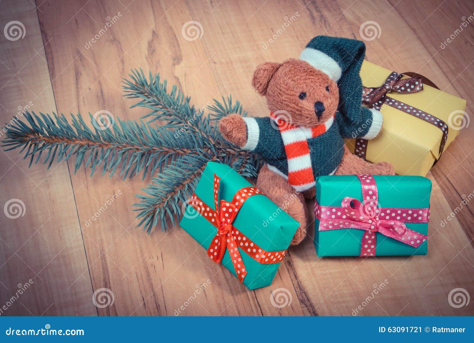 Download Photo De Vintage, Ours De Nounours Avec Les Cadeaux Colorés Pour Noël Et Branches Impeccables Image stock - Image du drôle, conifère: 63091721