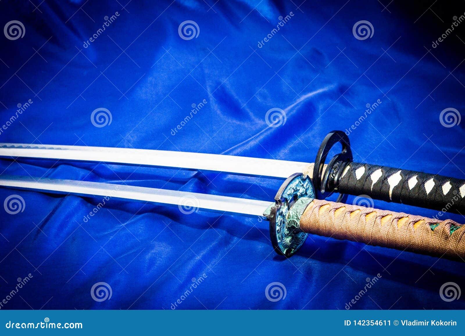 Photo des armes japonaises sur un fond bleu