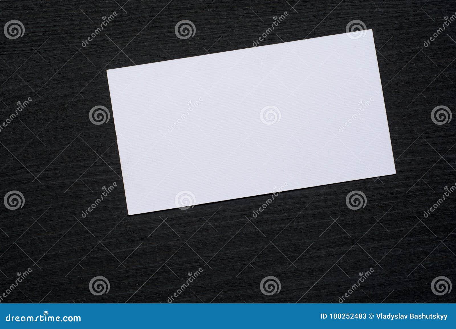 Photo des cartes de visite professionnelle blanches vierges de visite sur un fond en bois foncé Maquette pour l identité de marqu