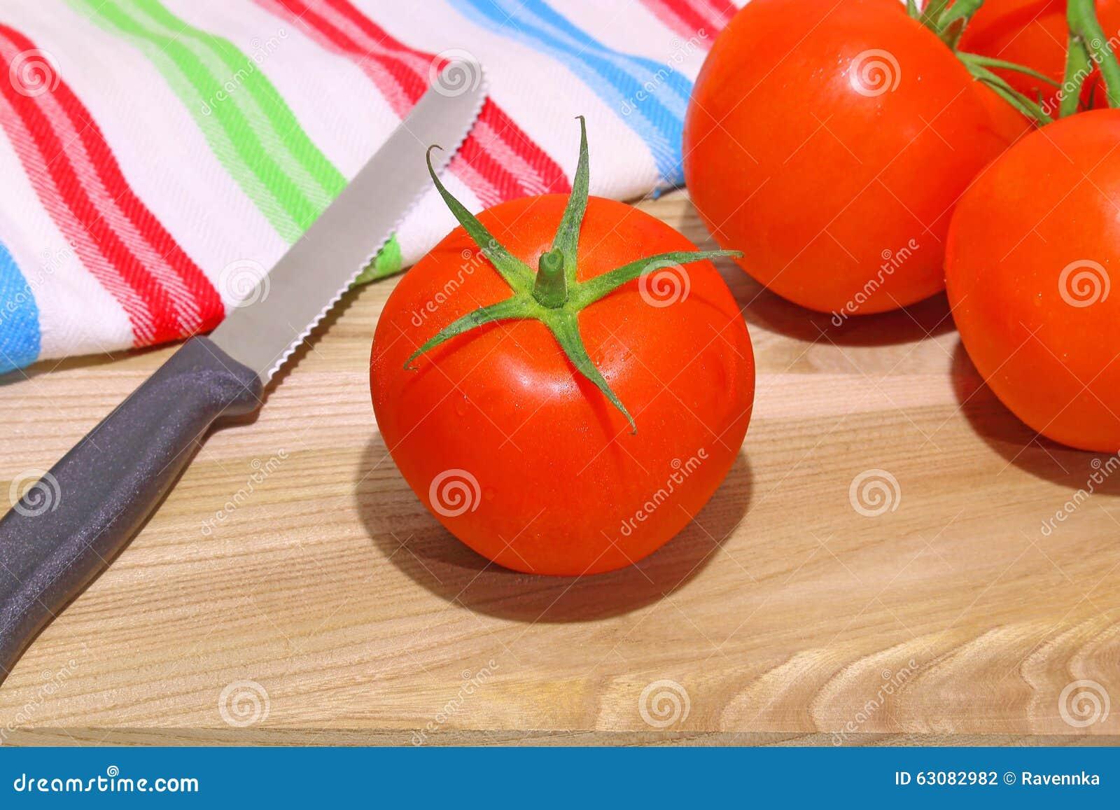 Download Photo Des Tomates Rouges Sur Le Fond En Bois Avec Le Couteau Spécial Photo stock - Image du couteau, vivacité: 63082982