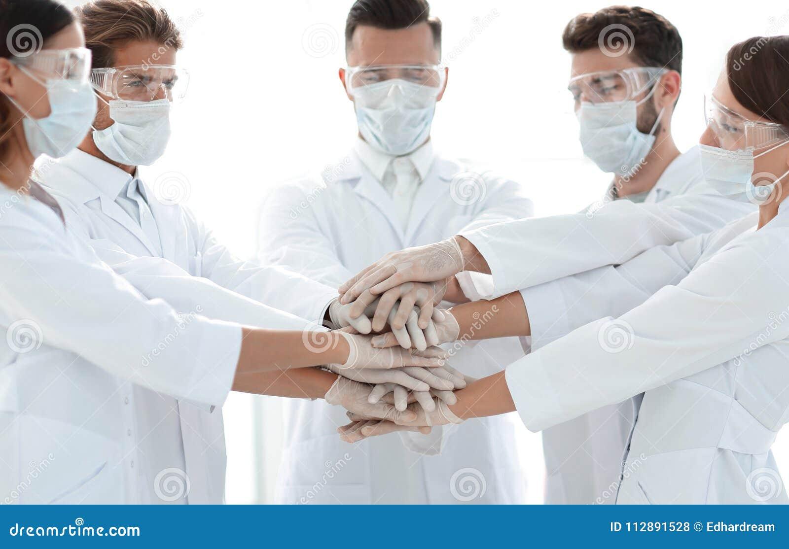 Photo en gros plan de médecins Stacking Hand With Coworkers