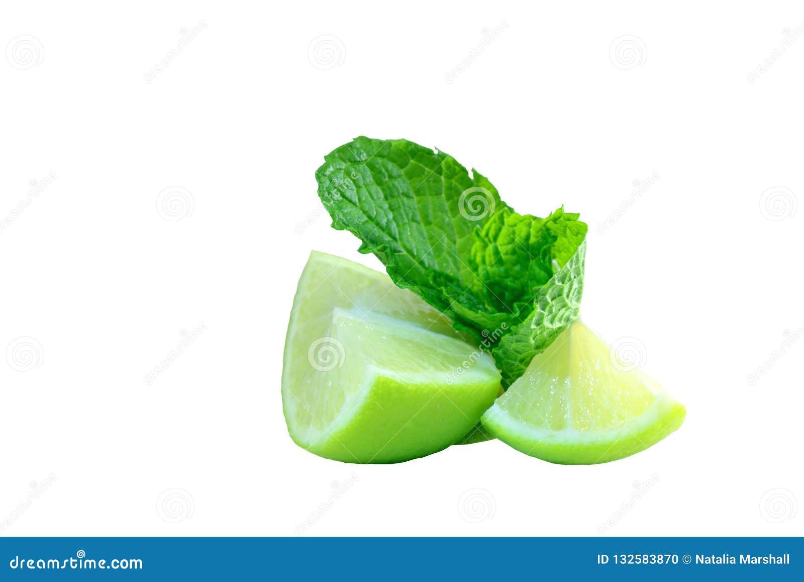 Photo en gros plan des morceaux vert-jaunes de chaux et des feuilles en bon état ; morceaux juteux de fruit et de couleurs lumine