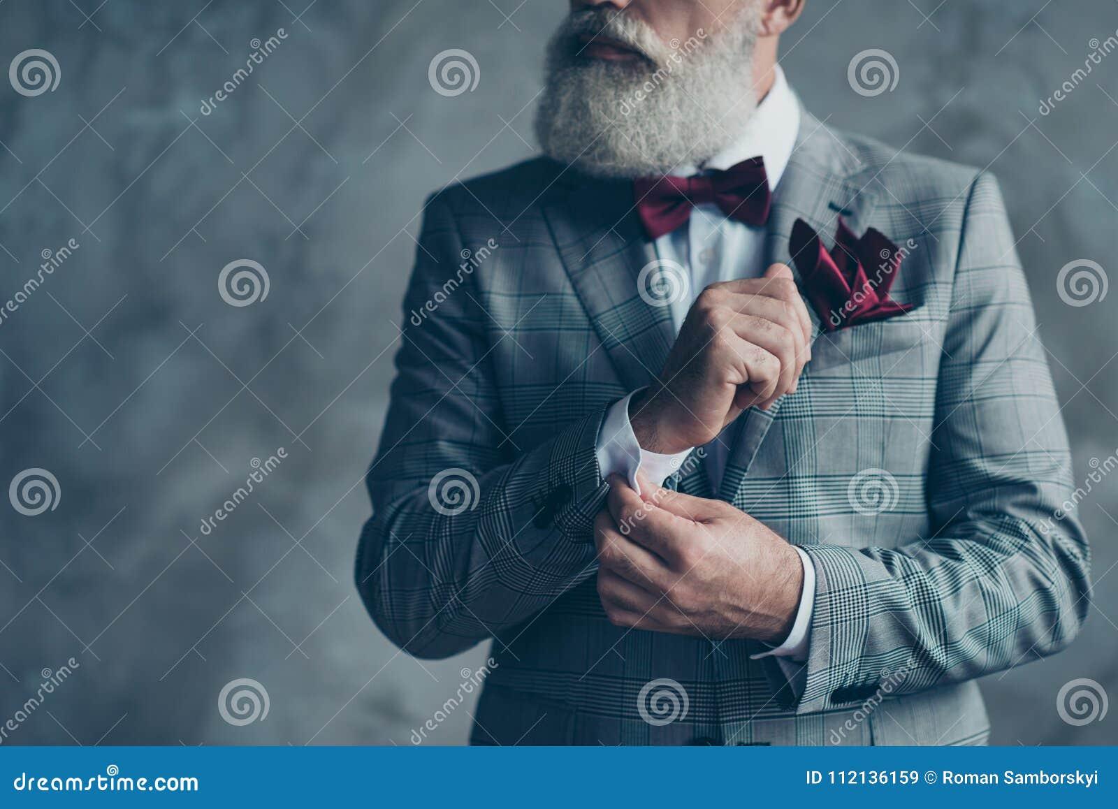 Photo haute étroite cultivée de r riche à la mode luxueux viril chic