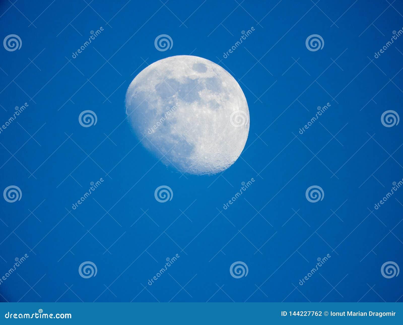 Photo haute ?troite de lune pendant la nuit