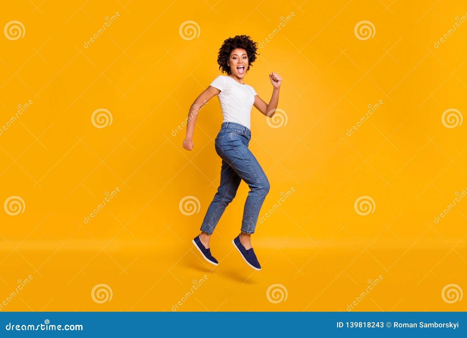 Photo latérale de profil de taille du corps intégrale la sautant haut belle son magasin de achat de précipitation de mail de clie