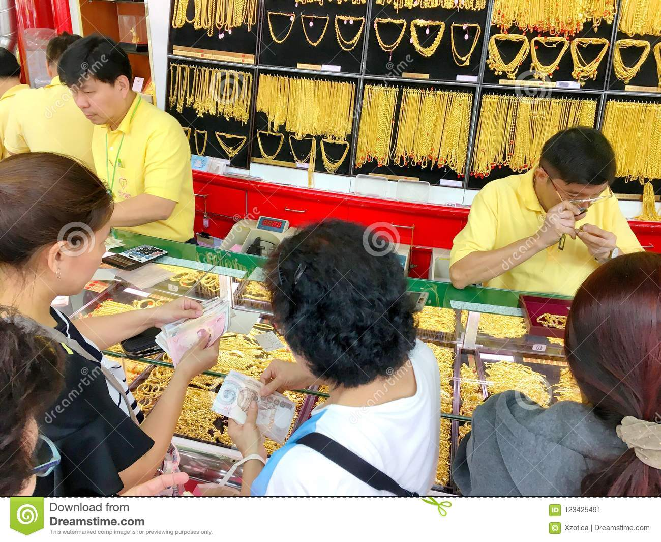 Many Thai People Are Queuing To Buy Gold In Hua Seng Heng Which