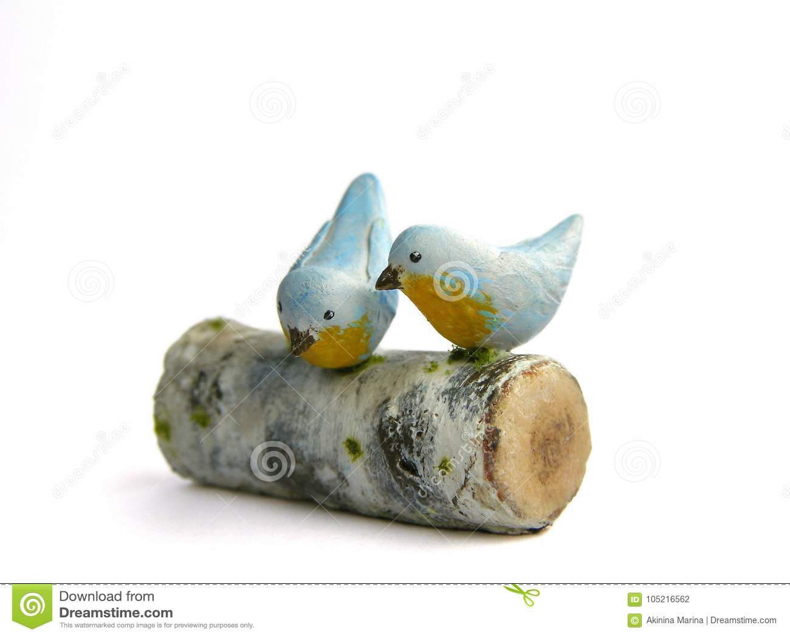 Photo Miniature fake two birds on birch log