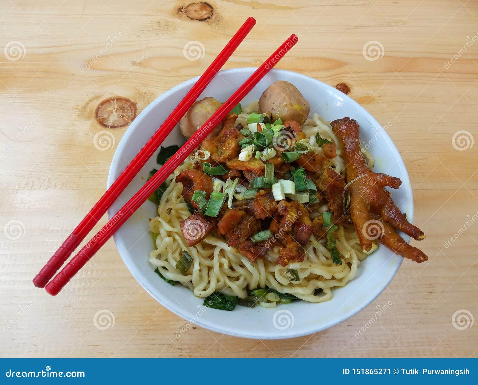Photo simple, configuration plate, bakso délicieux de ceker de Mie Ayam, nouille de poulet à la cuvette blanche et baguette en pl