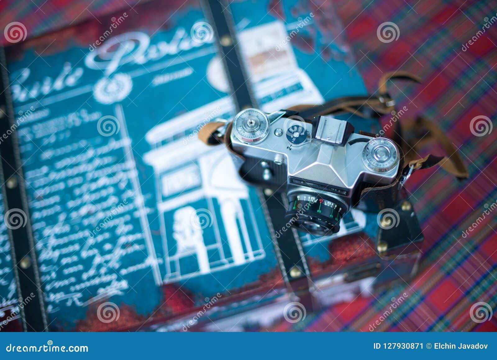 Photocamera de vintage sur le sac de voyage