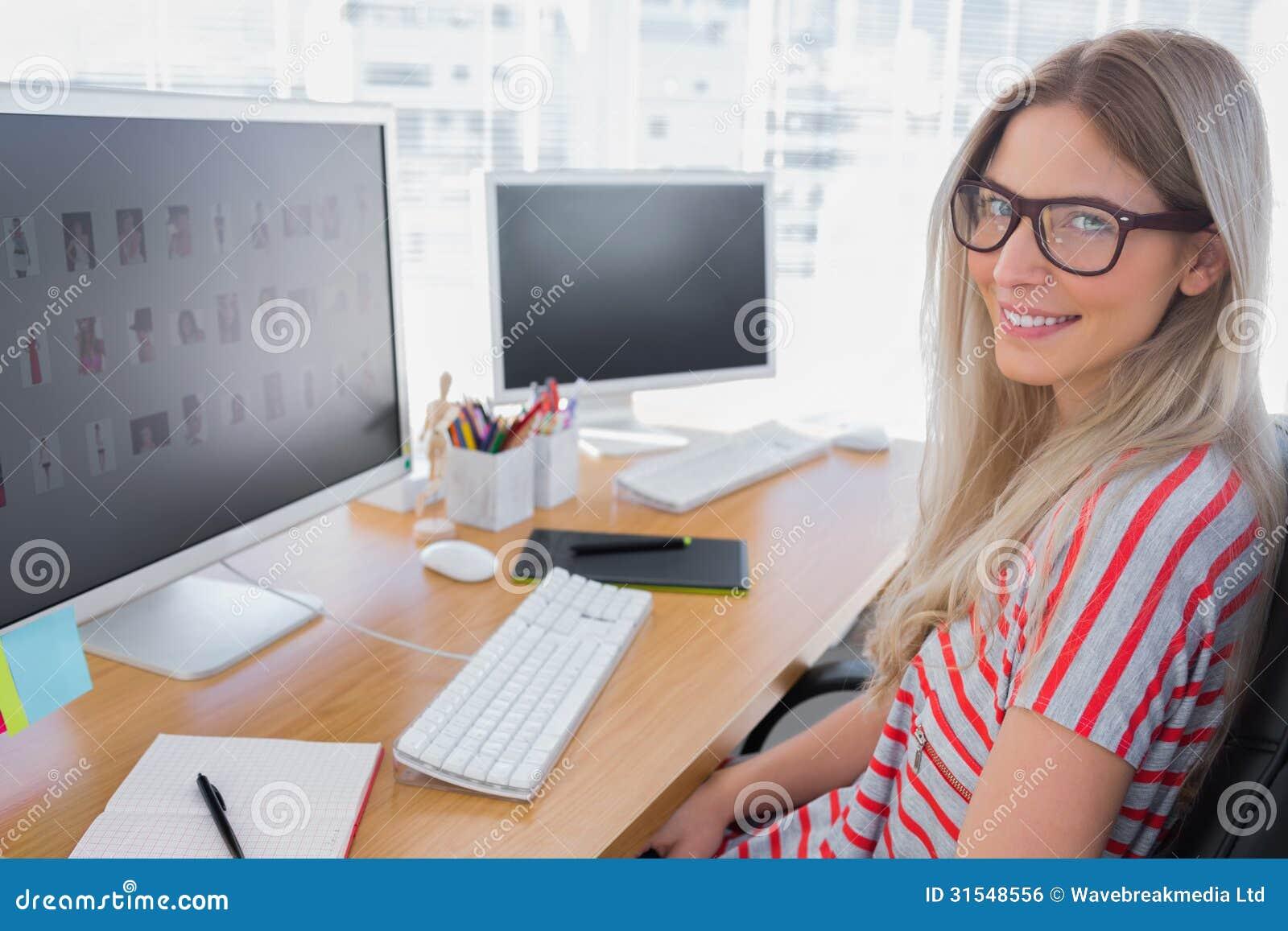 Photographe éditeur attrayant travaillant sur l ordinateur