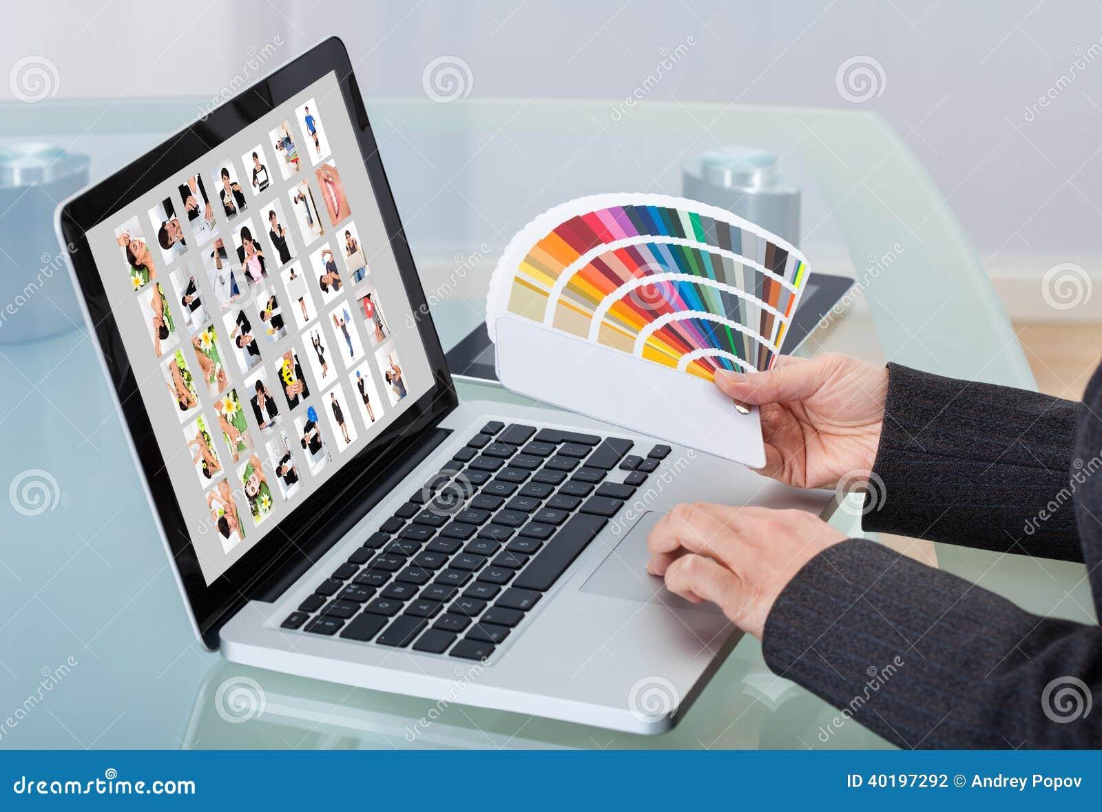 Photographe éditeur utilisant l ordinateur portable au bureau