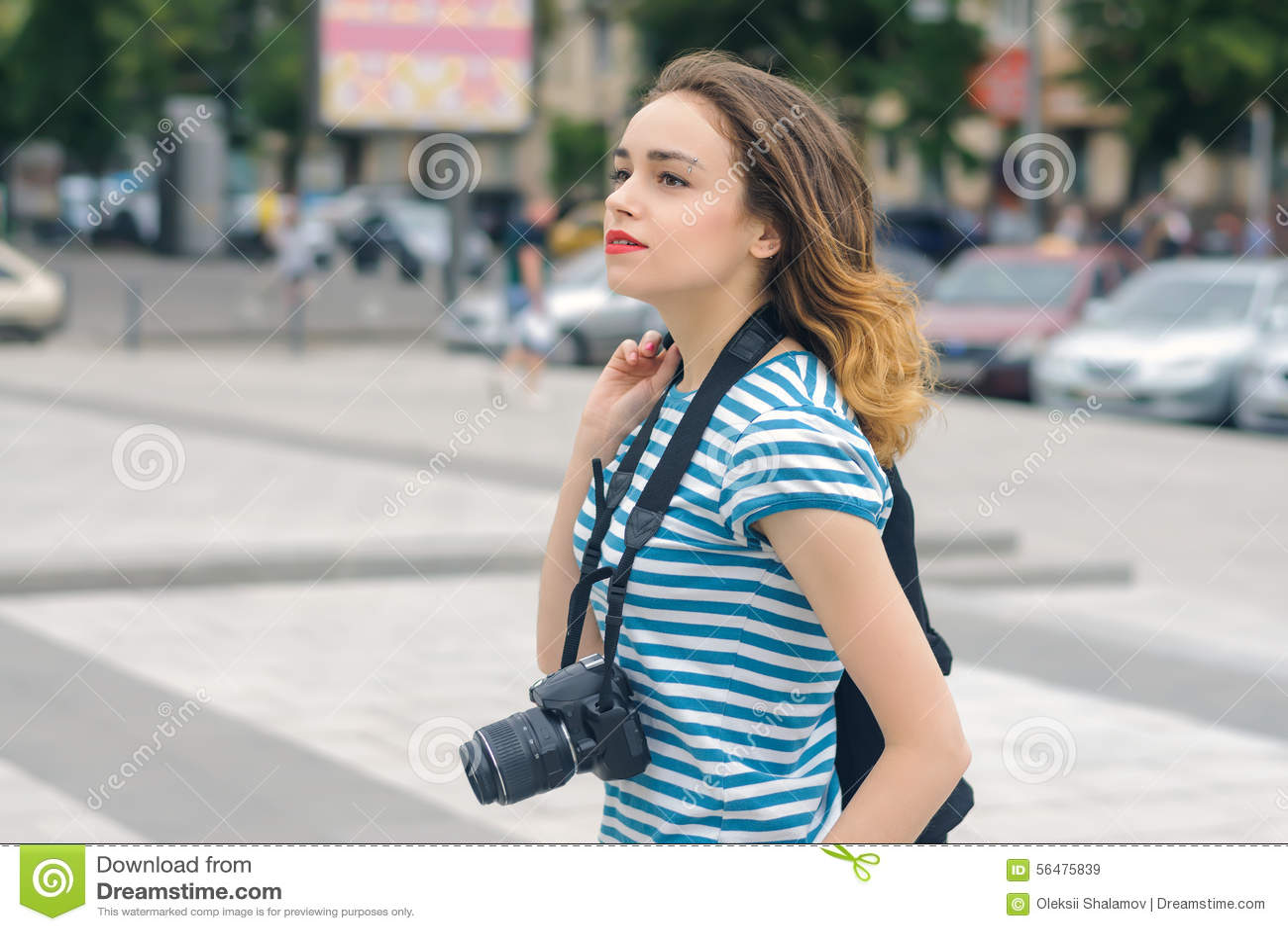 Photographe de femme descendant la rue