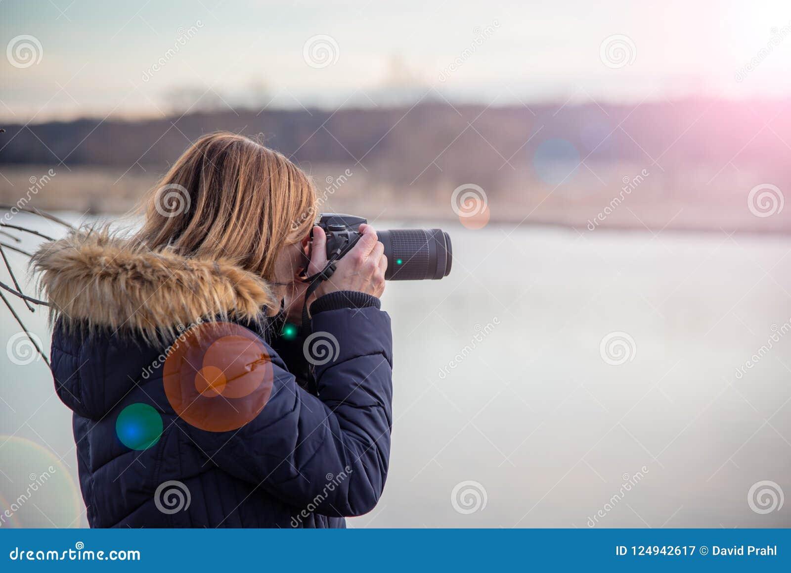Photographe de nature tenant l appareil-photo