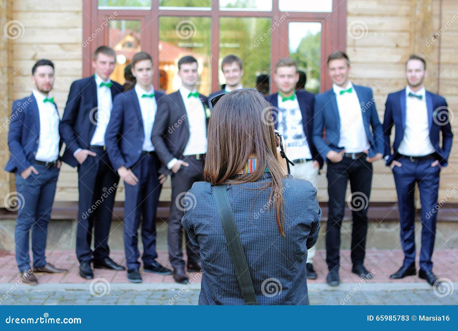 Photographe féminin de mariage dans l action