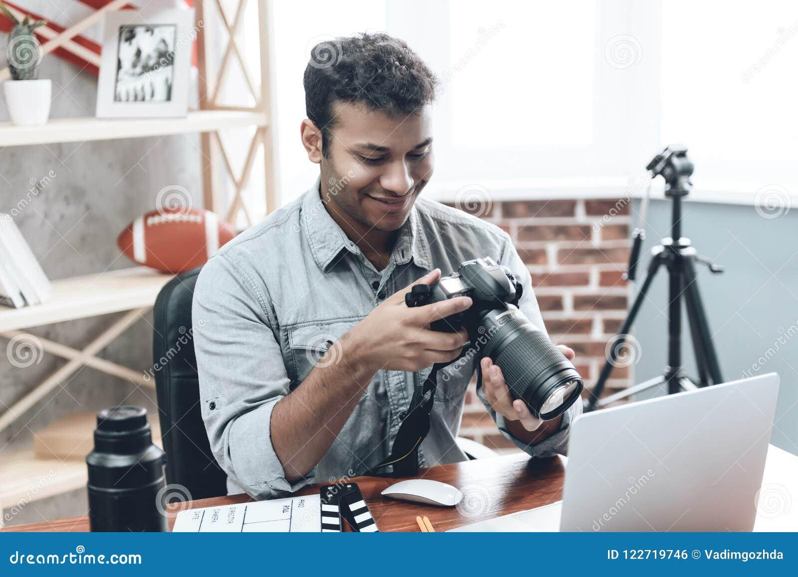 Photographe heureux indien Work de jeune homme de maison