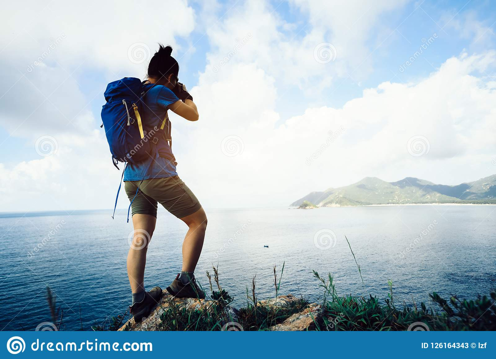Photographe Hiking In Seaside prenant la photo avec la caméra