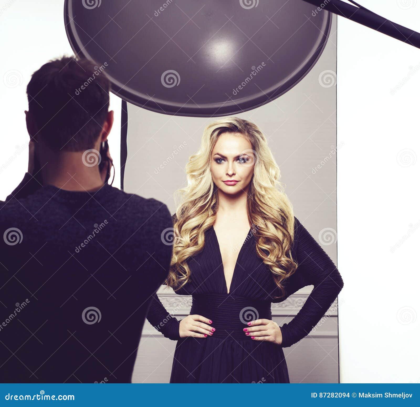 Photographe prenant des photos d un beau modèle dans le studio