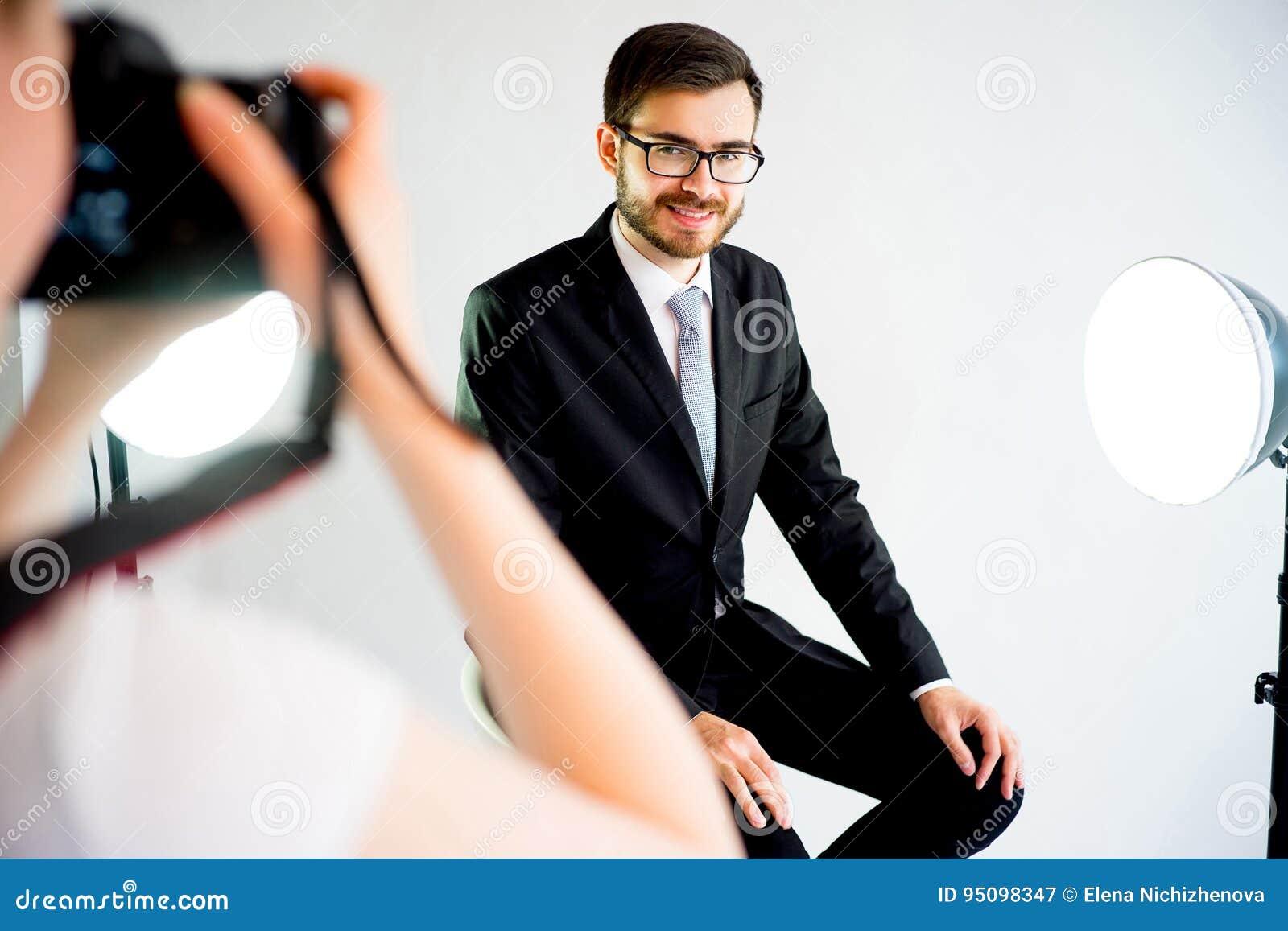 Photographe prenant la photo d un modèle dans le studio
