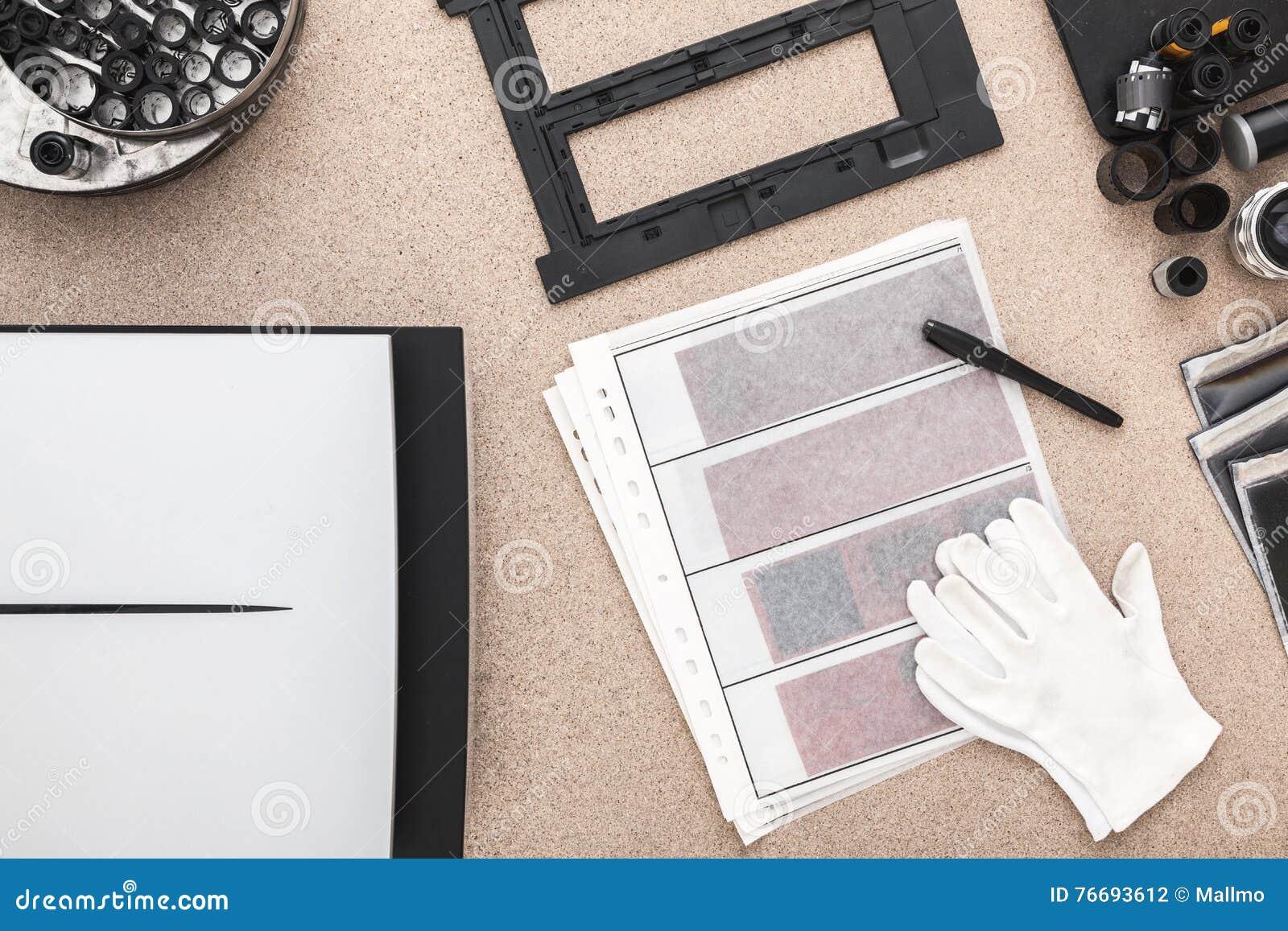 Photographer& x27; s-skrivbord, gamla kameror, traditionellt fotografi kontakter negationar
