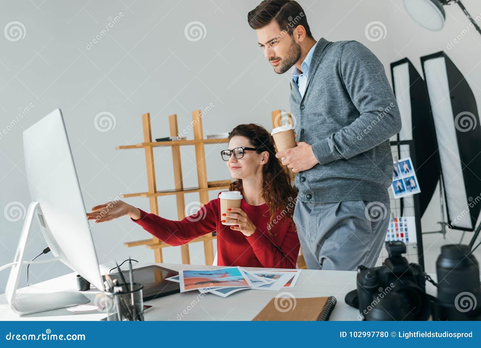 Photographes regardant sur le moniteur d ordinateur