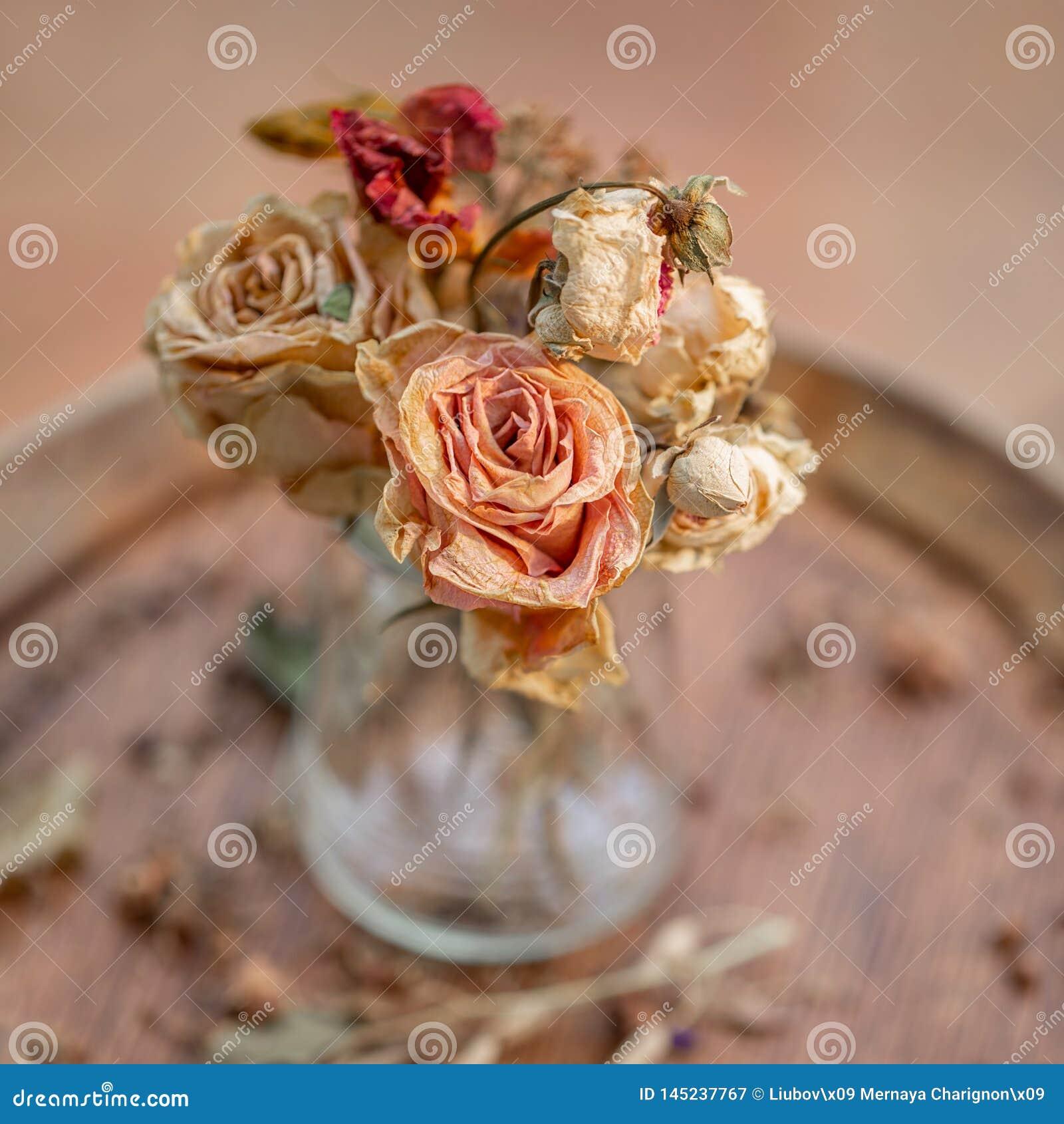 Photographie d art Les roses se sont d?fra?chies dans un vase en verre