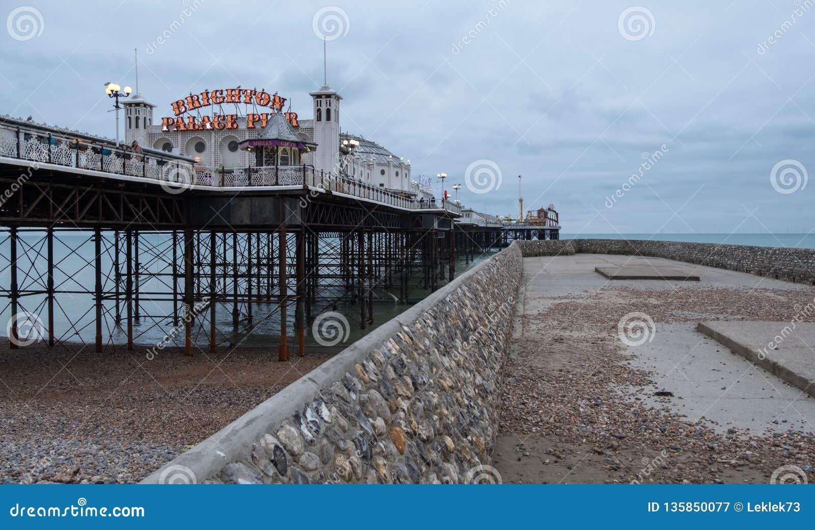 Photographie de pilier de palais, Brighton, le Sussex R-U, avec la jetée sur la droite