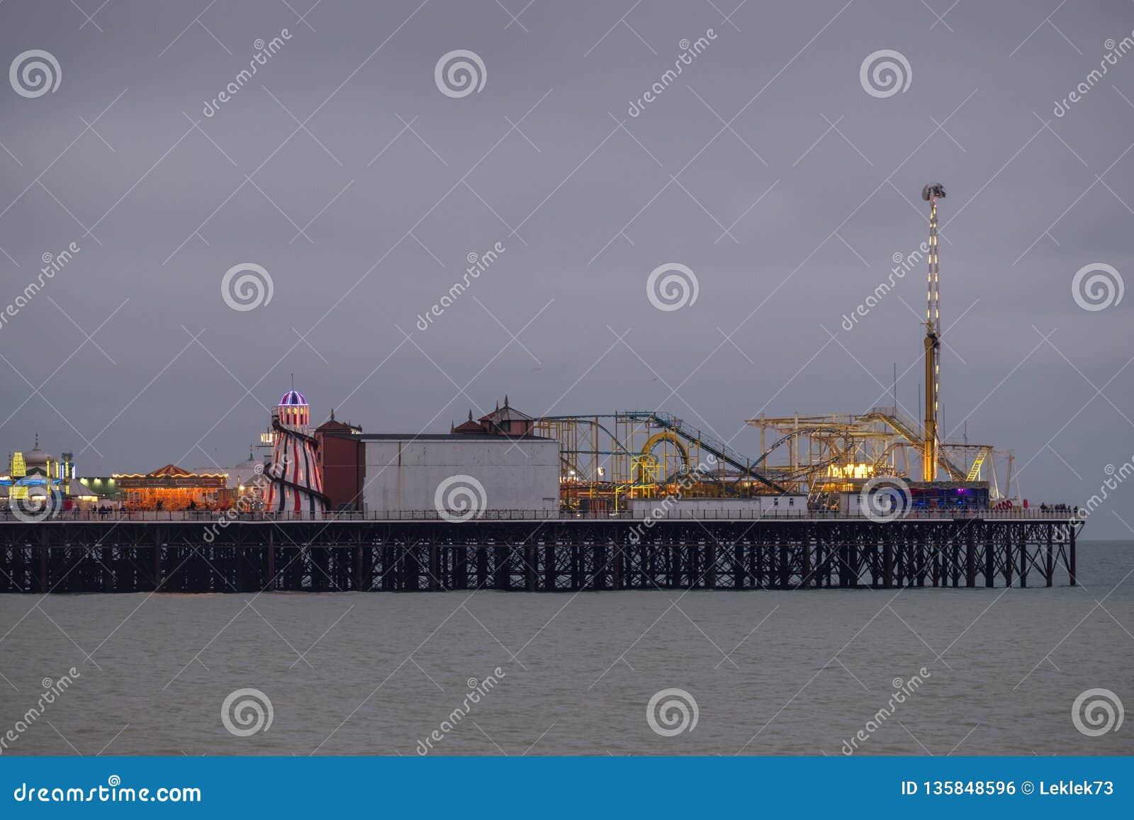 Photographie de pilier de palais, Brighton, le Sussex R-U, montrant la fête foraine à l extrémité
