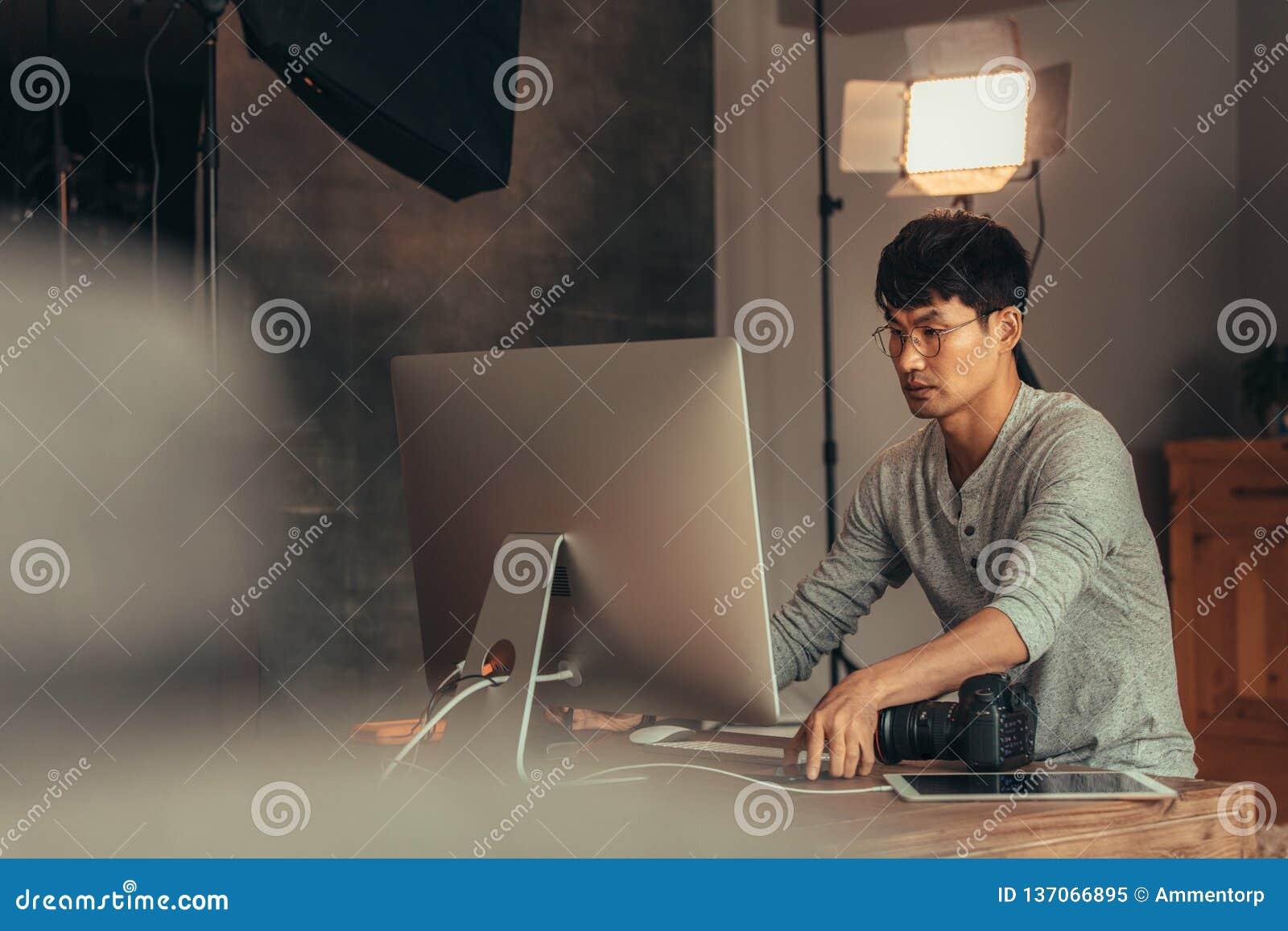 Photos de transfert de photographe sur l ordinateur après pousse