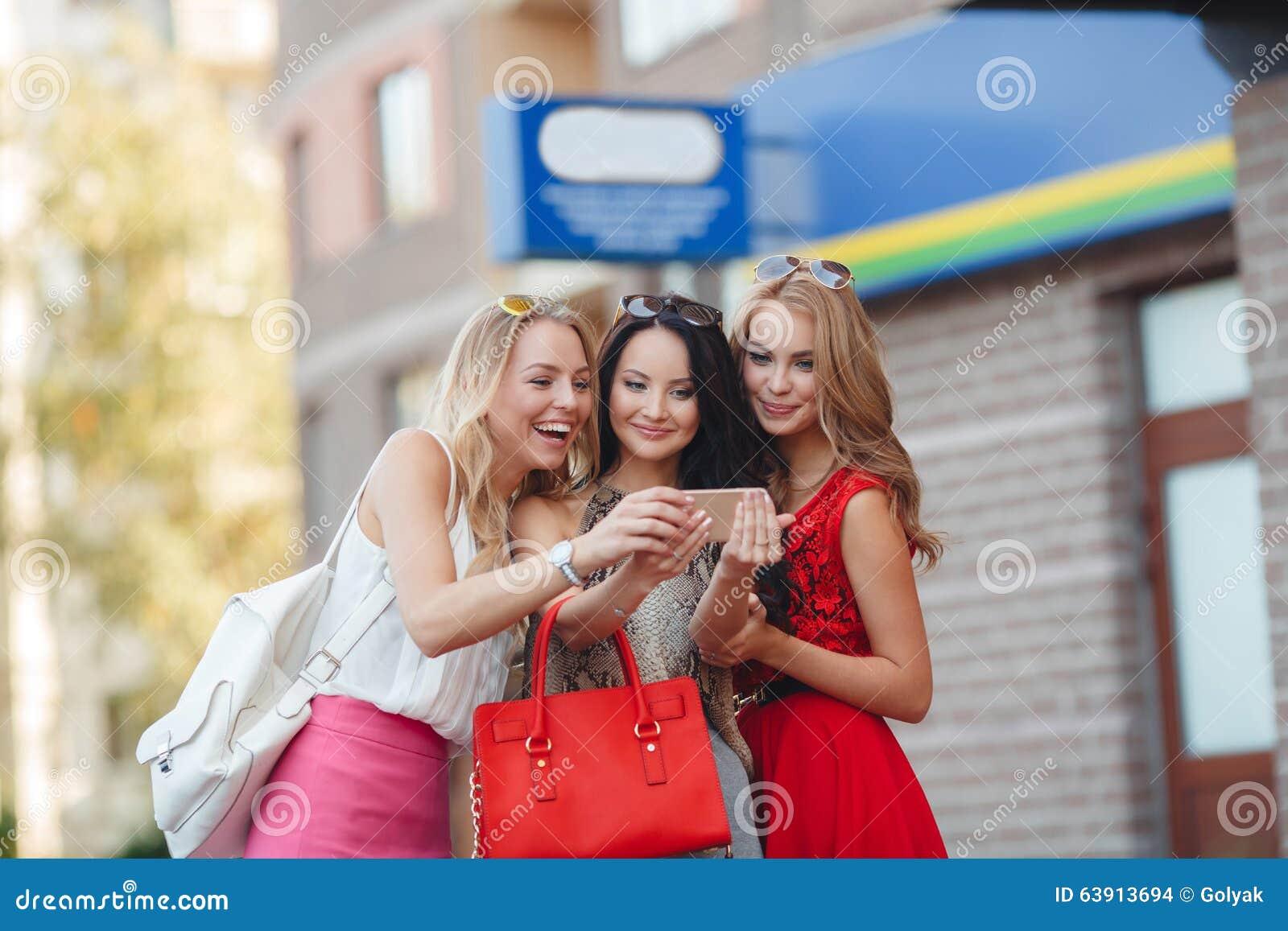 Photos de vue de filles à un téléphone portable