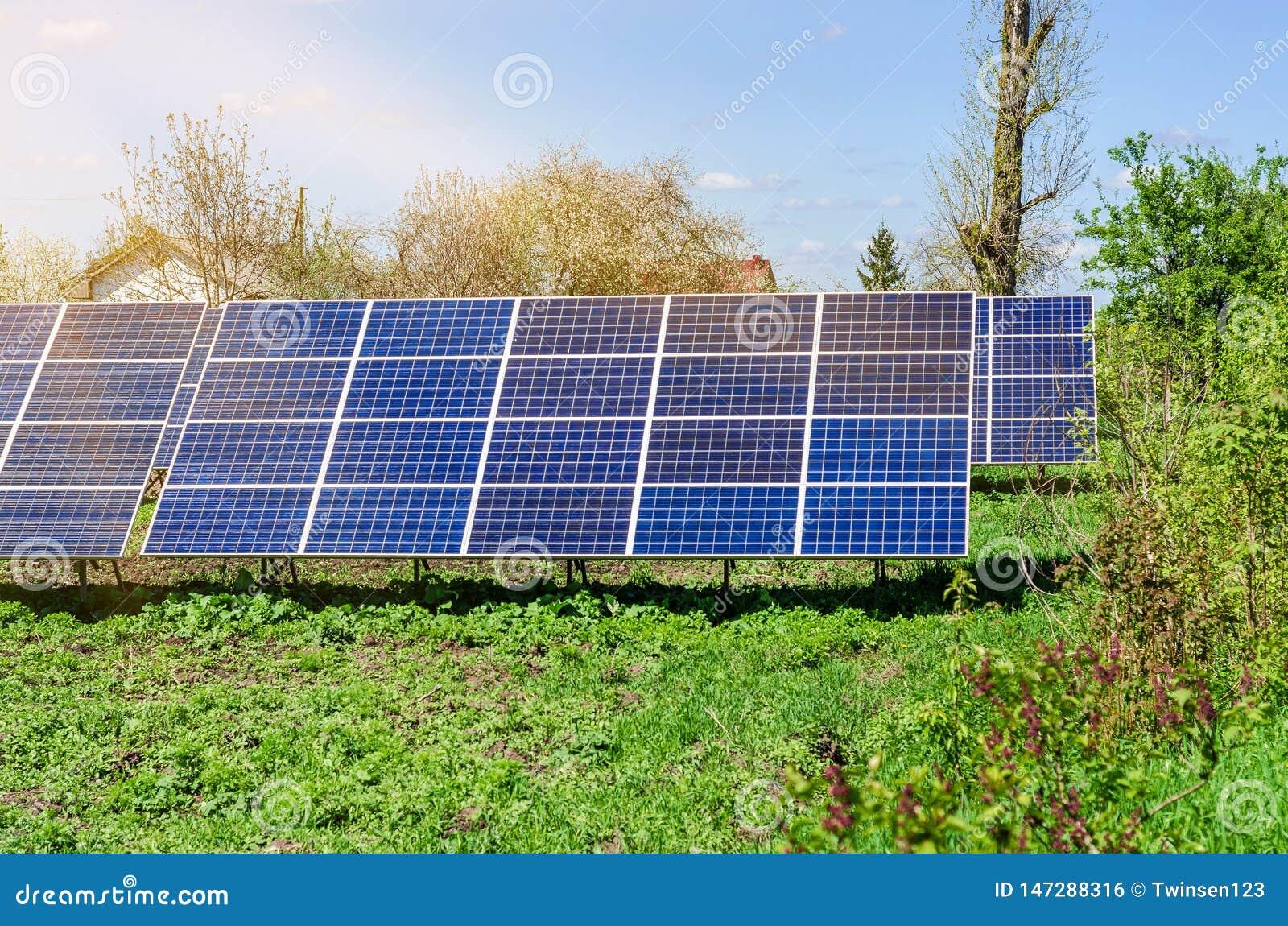Photovoltaic ecologische modules op groene grasvallei tegen van zon en bewolkte hemel