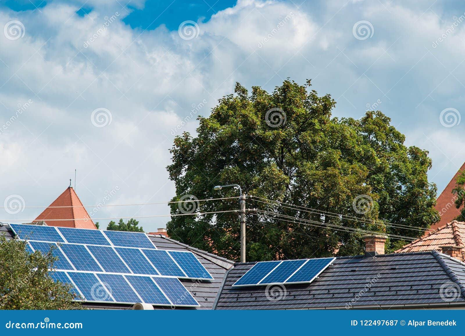 Photovoltaic panelen op residentual huis, blauwe hemelonweerswolken
