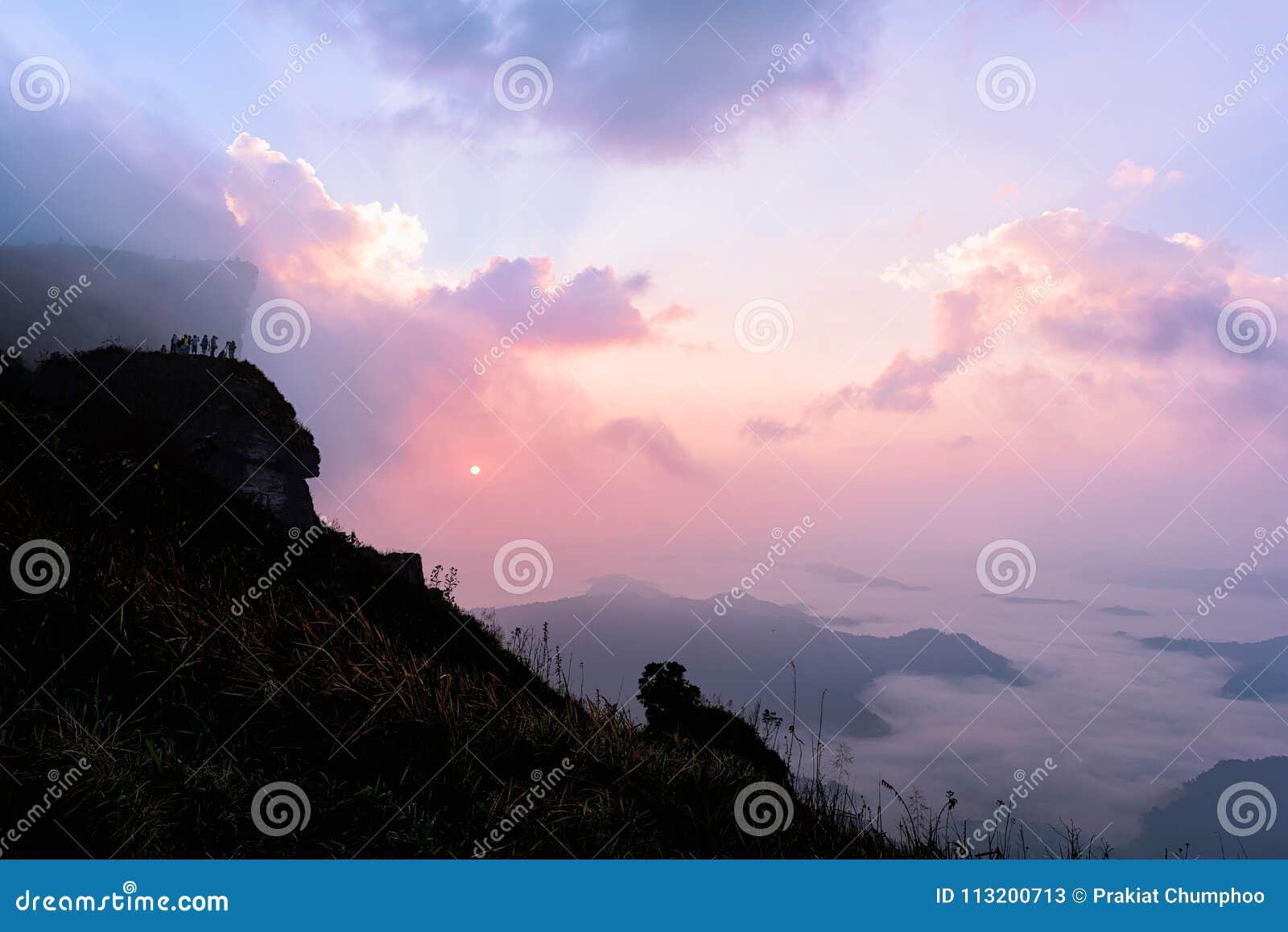 Phu Chi Fah w Chiang Raja, Tajlandia przy wschodem słońca