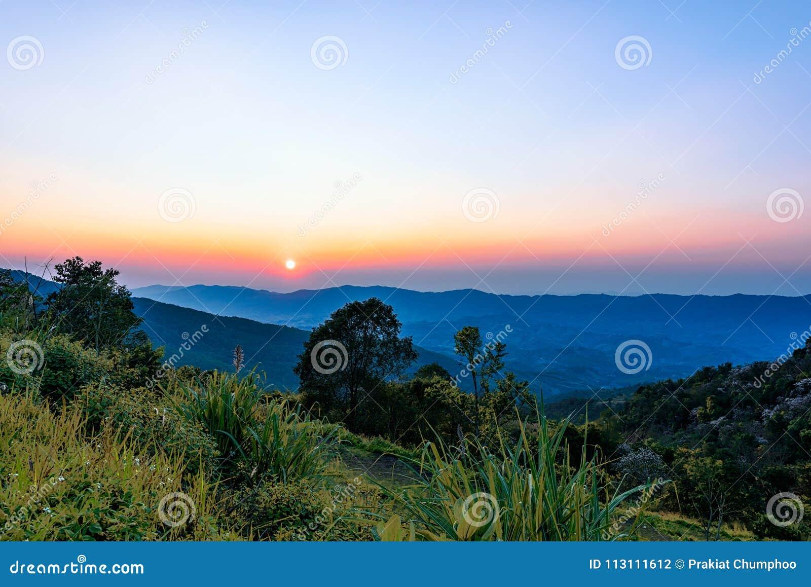 Phu ChiFahrenheit i Chiang Rai, Thailand på solnedgången