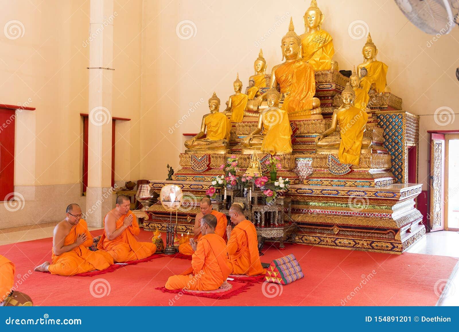 Phuket, Tailandia, 04/19/2019 - gruppo di monaci buddisti che pregano insieme al tempio di Chalong