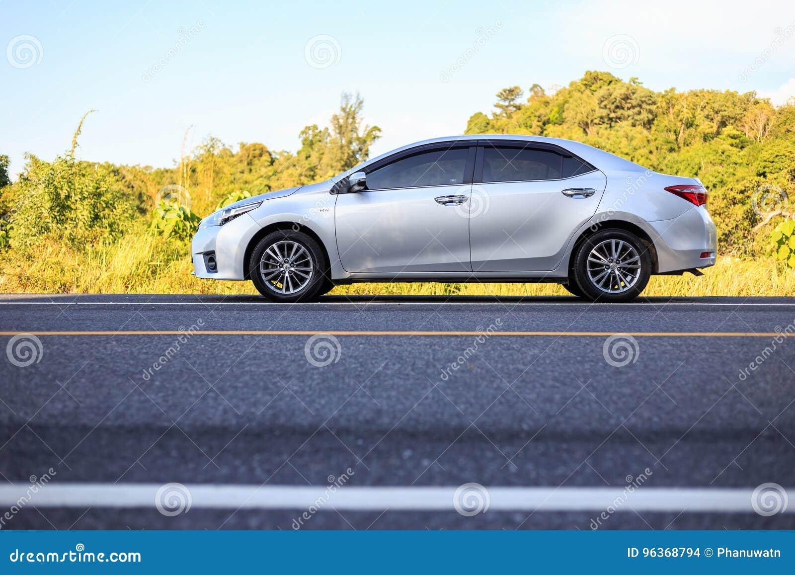 PHUKET THAILAND - JUNI 16: Toyota Corolla Altis parkering på