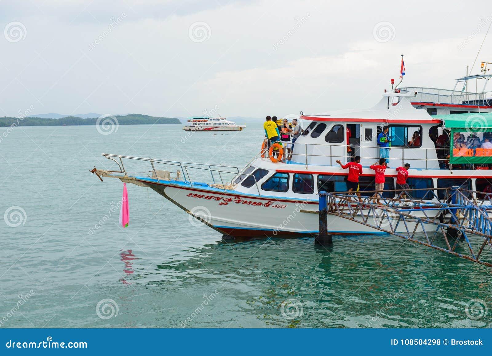 Phuket Thailand - Oktober 7, 2014: Stor träfärja med passagerare som transporterar turister från Phuket till Koh Hong Phang Ng