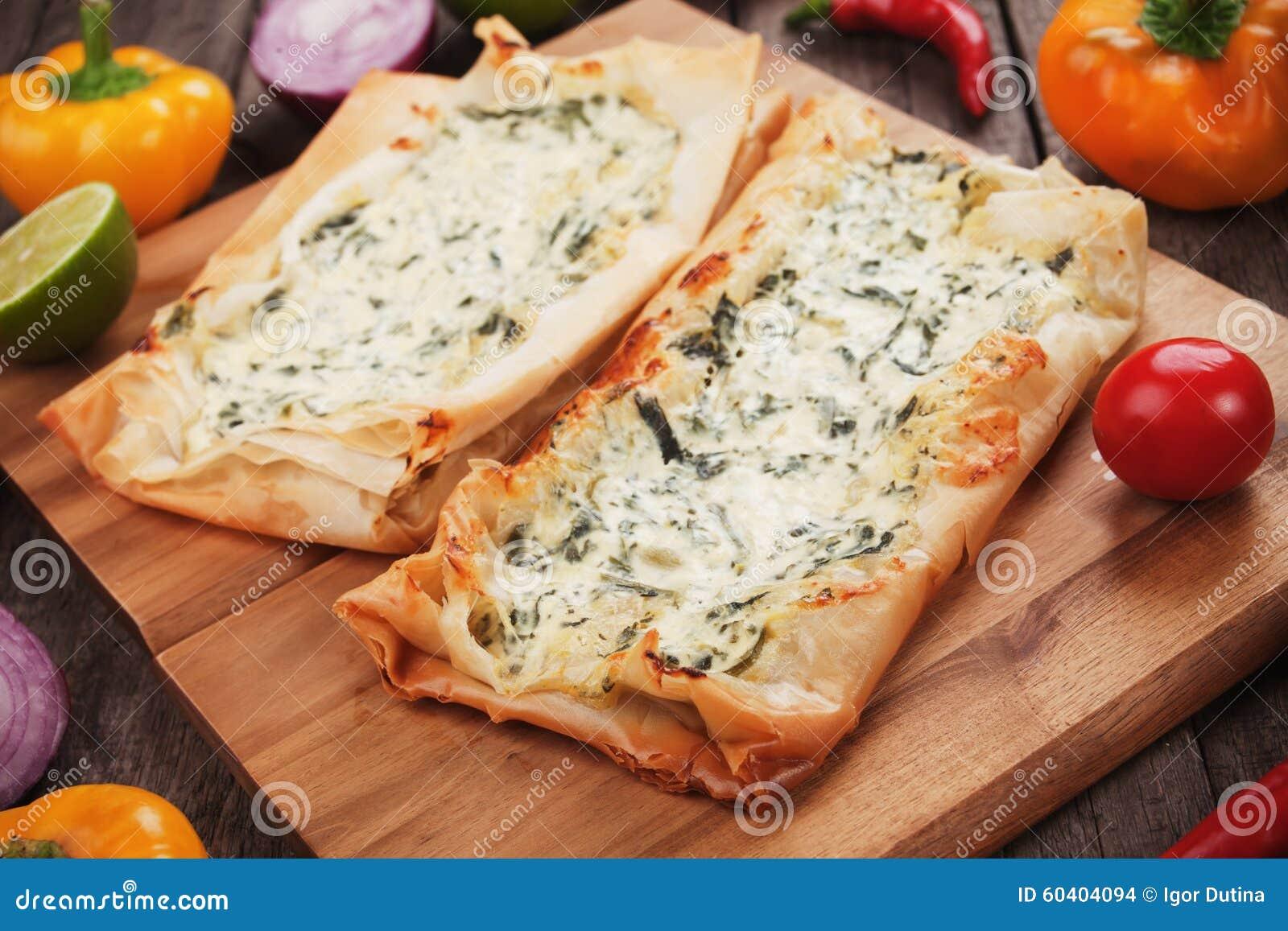 Phyllo酥皮点心充满乳酪和菠菜