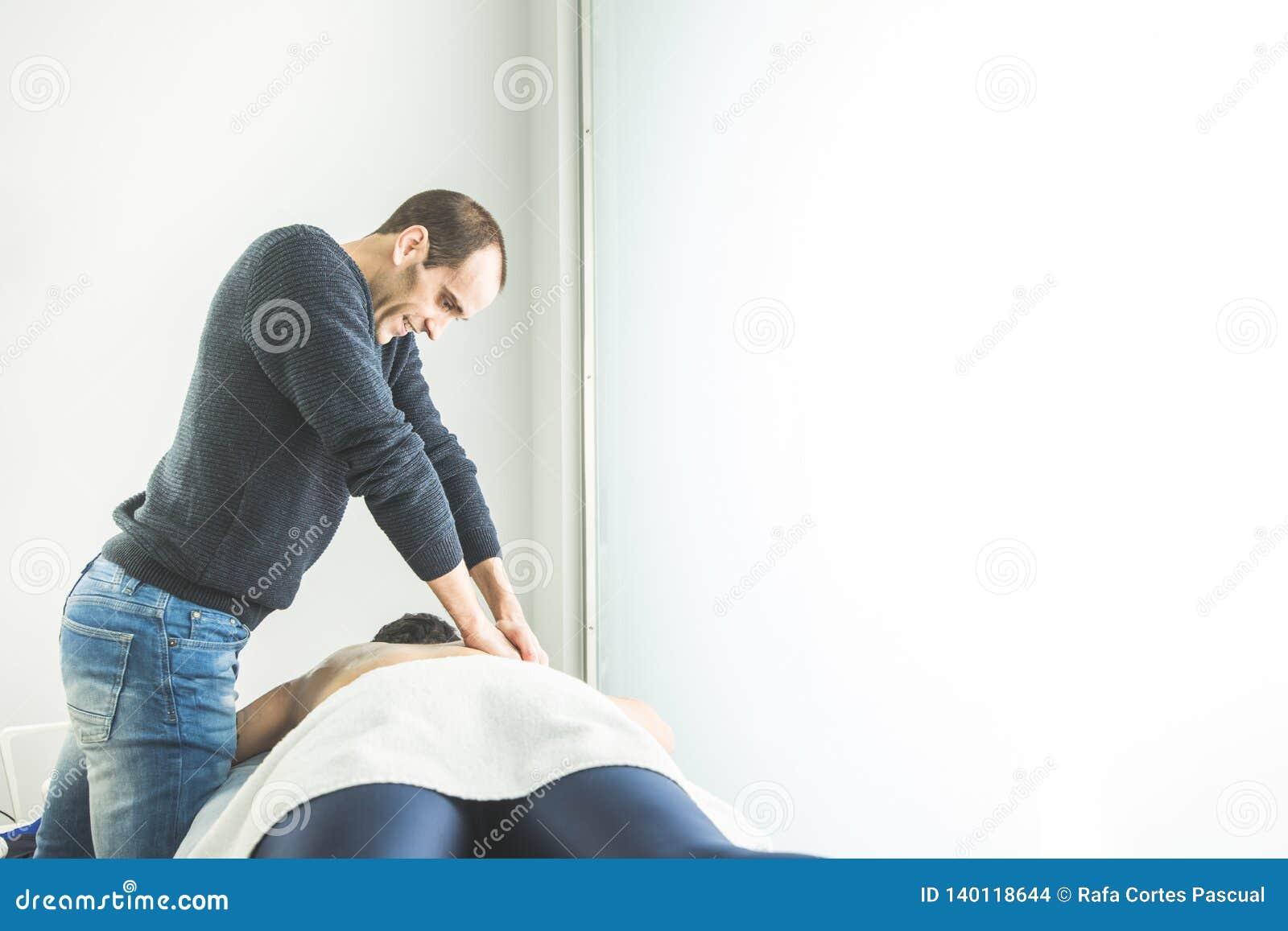 Physiotherapist pracuje na cierpliwym plecy robić masażowi Pojęcie fizjoterapia i wellness